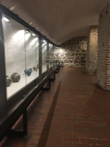 Zwiedzać można również piwnicę więzienną znajdującą się w Wieży Grodzkiej i zarazem w najstarszej murowanej części zamku. Ponadto archeolodzy odkryli pod posadzką warstwę głazów, które miały stabilizować mury zamku.