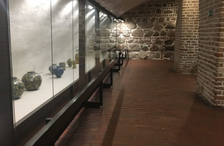 Besucher können den Gefängniskeller besichtigen, der sich im Grodzka-Turm und gleichzeitig dem ältesten Teil des Schlosses befindet. Ferner fanden die Archäologen unter dem Boden eine Schicht von Felsblöcken, die die Schlossmauern stabilisieren sollte.