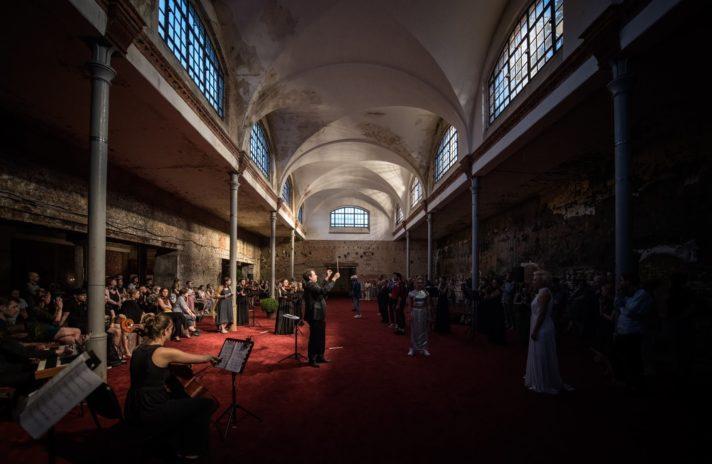 W Poznaniu spektakl przypomina galerię sztuki, do której można wejść i wyjść w dowolnym momencie. Wielokanałowe słuchawki i nowoczesna struktura dramatu daje widzom możliwość uczestniczenia w indywidualny sposób.
