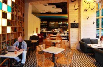 Kawiarnia mieści się na warszawskim Powiślu, jednym z najbardziej zielonych miejsc stolicy. Oprócz pysznej kawy, można w tym miejscu zdobyć nową książkę w drodze zakupu lub wymiany.