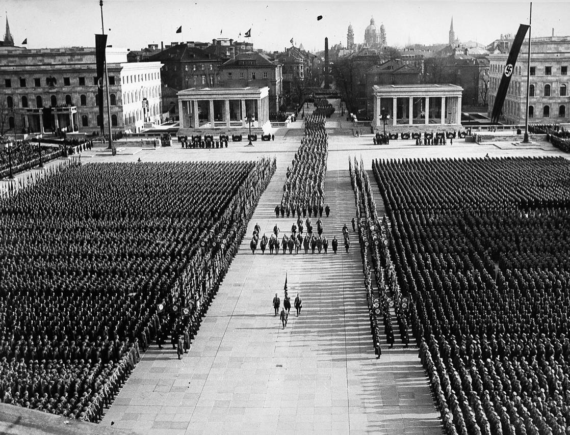 Königsplatz in München während der Feier zum 9. November 1935 (Quelle: Bayerische Staatsbibliothek/ Bildarchiv)